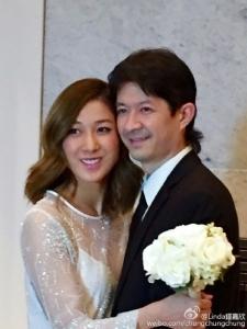 鍾嘉欣曝光和老公的婚紗照。